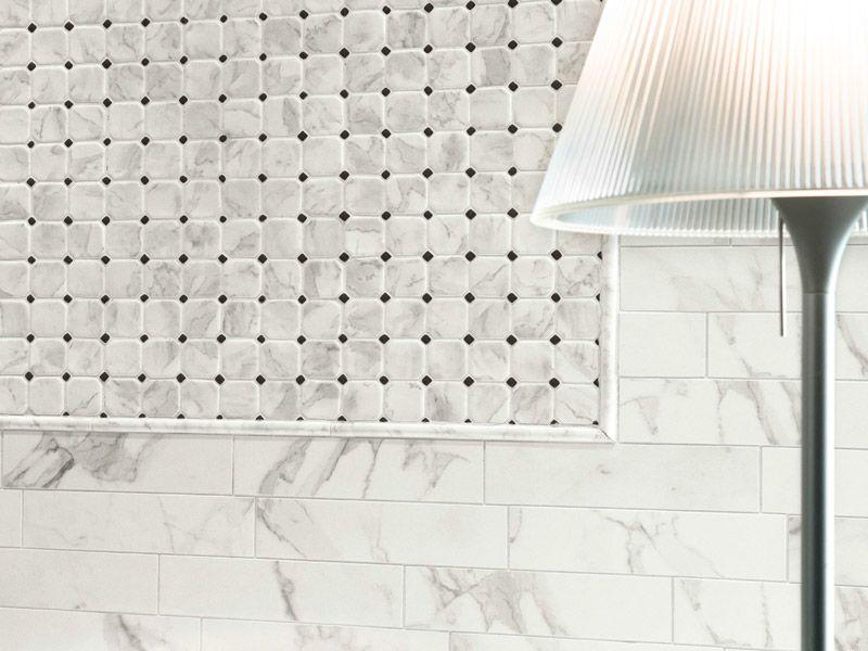 Белая плитка с чёрными прожилками