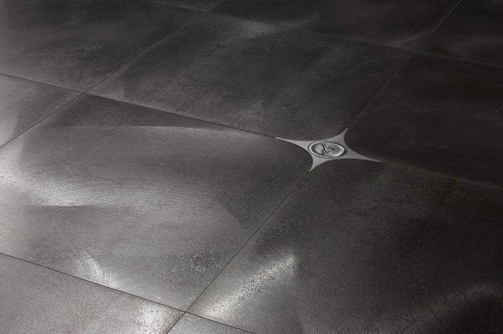 Тёмная напольная плитка с металлическими вставками
