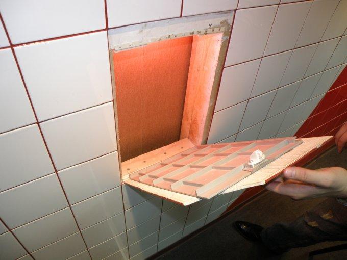 Смотровой люк в ванной под плитку